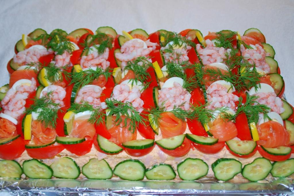 smörgåstårta med lax och räkor recept